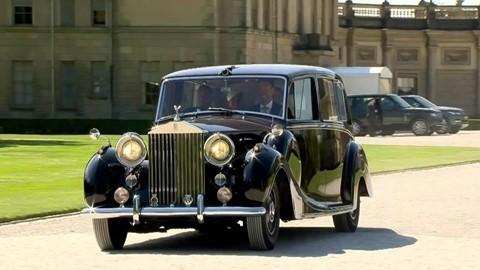 1.039.758 USD : Giá bán chiếc Rolls-Royce Phantom IV của Nữ hoàng Elizabeth được đấu giá tại Goodwood Revival Sale của Bonham vào tháng 9/2018 lên đến hơn 1 triệu USD . Năm trước đó, chiếc Daimler Suprt V-8 do Nữ hoàng ủy quyền đấu giá đã mang về 55.575 USD . Tháng 11/2016, chiếc Audi Cabriolet yêu quý của Công chúa Diana cũng đã được bán với giá 59.500 USD tại NEC Classic Motor Show thuộc Silverstone's Auctions.