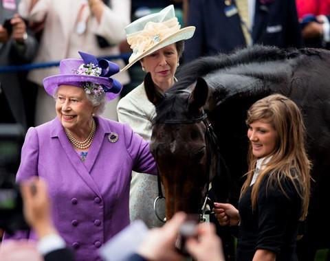 583.000 USD : Tổng thu nhập từ những con ngựa đua vô địch của Nữ hoàng Elizabeth II trong năm qua, theo công bố của Cơ quan đua ngựa Anh. Estimate - con ngựa thuần chủng được nhân giống ở Ireland và huấn luyện ở Anh - là con ngựa có giá trị nhất mọi thời đại của Nữ hoàng, từng giành được giải thưởng Queen's Vase tại Royal Ascot năm 2012 và Cúp vàng Ascot vào năm sau đó. Estimate kiếm được hơn 487.000 USD giải thưởng trước khi về nghỉ tại Royal Stud (Sandringham) năm 2014.