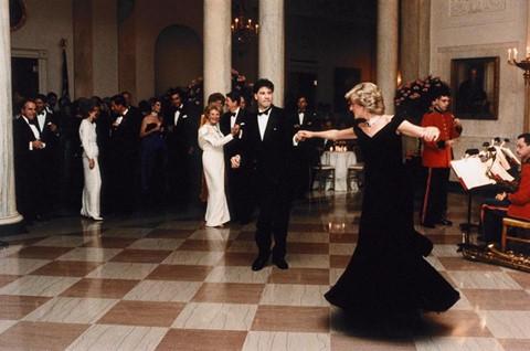 222.500 USD : Giá chiếc áo choàng Victor Edelstein nhung màu xanh mà Công nương Diana mặc đến bữa tiệc tối năm 1985 ở Nhà Trắng do Tổng thống Reagan chủ trì. Chiếc áo đã được bán đấu giá năm 1997.