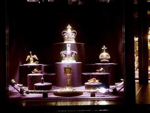 23.578: Số lượng đá quý trên các vương miện được trưng bày ở Tháp London. Trong đó, vương miện của Nữ hoàng và Thánh giá được sử dụng trong mỗi lần đăng quang kể từ đời Vua Charles II năm 1661 có viên kim cương Cullinan I, kim cương trắng chất lượng hàng đầu lớn nhất thế giới, nặng 530,2 cara.