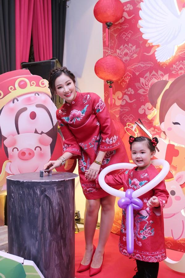Maya và con gái mặc đồ đôi trong tiệc sinh nhật của bé Bồ Câu hồi đầu năm.