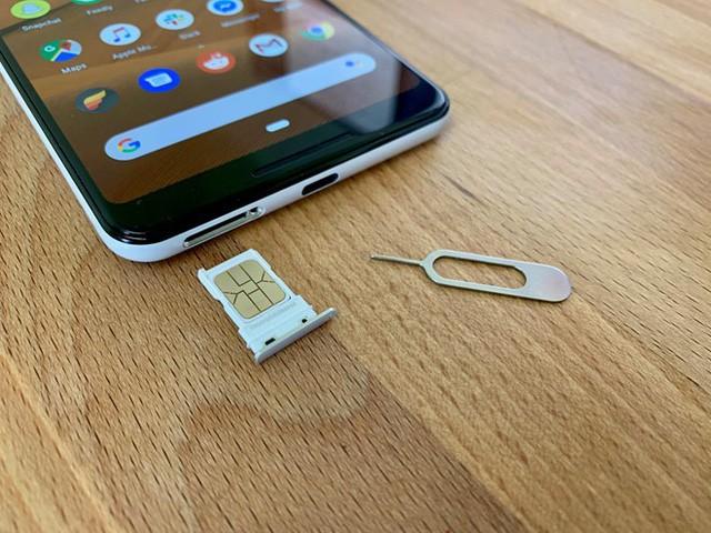 Việc tháo và đặt thẻ SIM vào điện thoại chỉ mất vài giây.