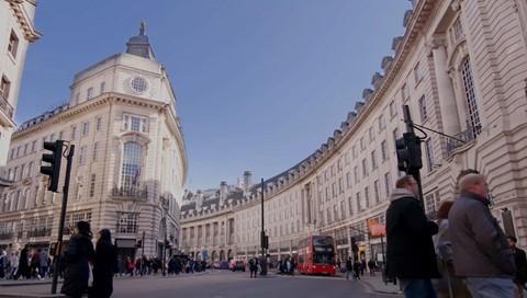 33 tỷ USD: Forbes ước tính tổng giá trị tài sản hữu hình của Hoàng gia Anh, bao gồm Cung điện Buckingham, bộ sưu tập nghệ thuật của Hoàng gia, vương miện, dinh thự Lancaster và Cornwall... vào khoảng 33 tỷ USD .