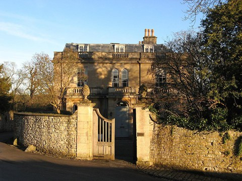 1,3 tỷ USD : Dinh thự của Công tước xứ Cornwall rộng 131.000 mẫu Anh (tương đương 550 km2), bao gồm các bất động sản ở Anh và xứ Wales, có giá trị thị trường vào khoảng 1,3 tỷ USD .