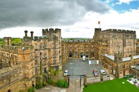 740 triệu USD : Dinh thự của Công tước xứ Lancaster rộng 46.000 mẫu đất (tương đương 184 km2), có giá trị thị trường 740 triệu USD , bao gồm bất động sản ở Anh và xứ Wales, nhà nguyện London's Savoy Chapel (được xây dựng năm 1512), các mỏ đá vôi, sa thạch và thạch cao.