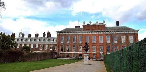 600 triệu USD : Điện Kensington - ngôi nhà thuở nhỏ của Nữ hoàng Victoria và cũng là nơi ở của các thành viên Hoàng gia nhỏ tuổi trong hơn 3 thế kỷ - có giá thị trường 600 triệu USD . Công tước, nữ công tước xứ Cambridge cùng 3 người con của họ sống ở Điện Kensington 1A - một căn nhà 4 tầng, 20 phòng đồ sộ.