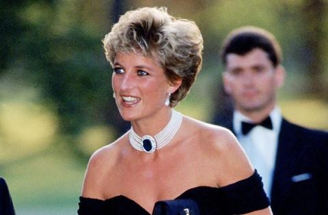 31,5 triệu USD : Giá trị bất động sản Công nương Diana sở hữu vào thời điểm bà mất, theo di chúc bà để lại. Hoàng tử William và Harry chia nhau một phần khoản thừa kế từ mẹ vào sinh nhật thứ 25 của họ. Số còn lại được chia cho 17 người con đỡ đầu và vị quản gia trước đây, ông Paul Burrell. Ông Paul nhận được 50.000 euro (tương đương 81.000 USD ).