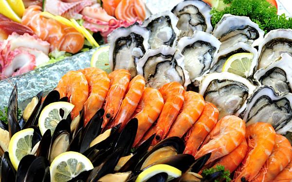 Các loại hải sản như tôm, cua, cá, đặc biệt là hàu, chứa nhiều kẽm. Ảnh minh họa