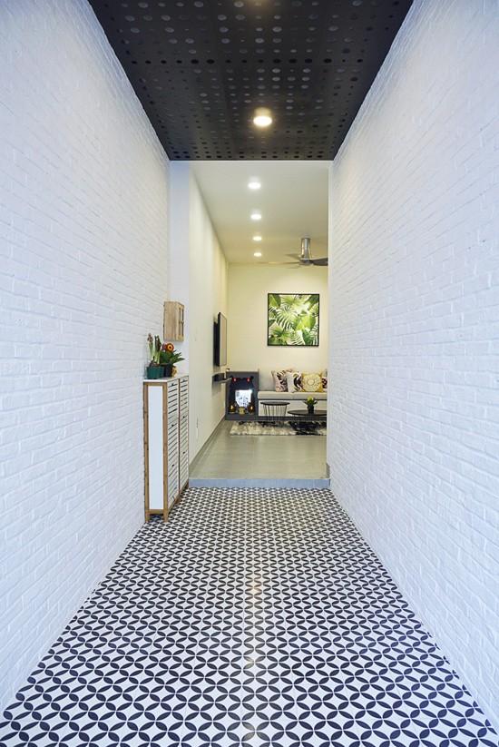 Toàn bộ dải đất hẹp phía trước được dùng làm hành lang ngoài trời dẫn vào nhà vừa để lấy sáng, vừa là nơi để các thành viên trong gia đình có thể cùng nhau sinh hoạt, thư giãn.