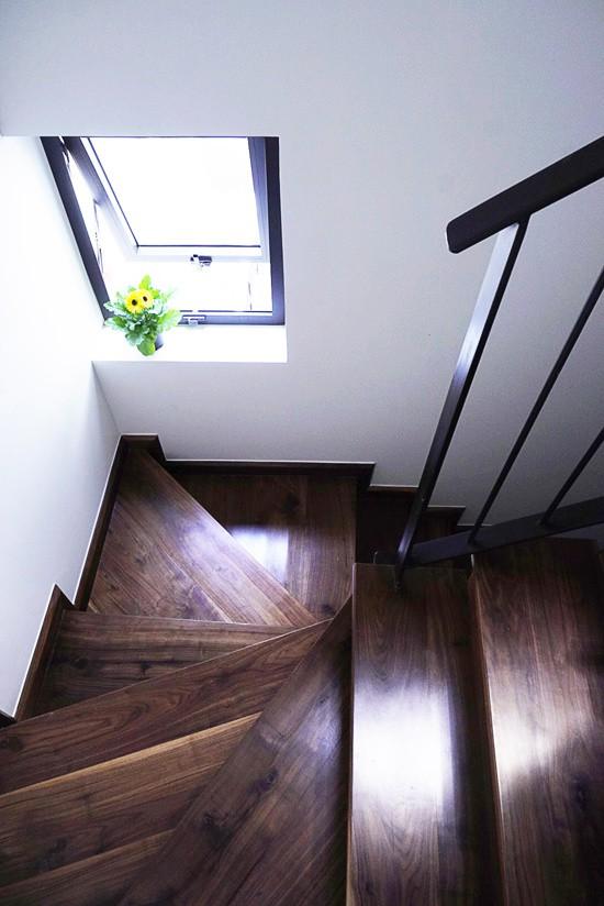 Tiếp theo, tận dụng khoảng trống cạnh nhà vốn là lối đi của nhà họ hàng kế bên (trừ tầng một, họ hàng để xe máy nên làm mái che, từ phía trên của mái là khoảng không), kiến trúc sư đặt cầu thang ở đây và mở các cửa sổ lấy sáng xuyên suốt các tầng lầu.