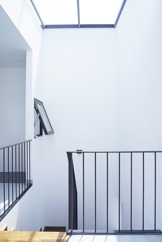 Mái giếng trời được lắp kính che cố định, tránh mưa ảnh hưởng vào trong nhà.