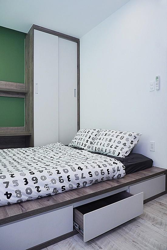 Chủ nhà cũng mong muốn có 3 phòng ngủ, mỗi phòng ngủ đều có toilet riêng. Diện tích nhỏ nên đồ đạc được tối giản và tích hợp nhiều chức năng (ví dụ, gầm giường là ngăn kéo để đồ).