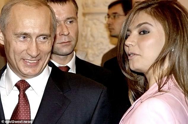 Alina Kabaeva (phải) từ lâu được đồn đoán là người tình của ông Putin.