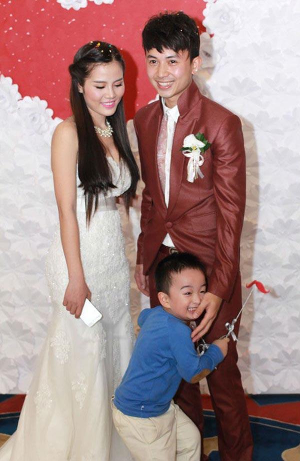 Anh Vũ cùng vợ cũ và con trai trong đám cưới năm 2014.