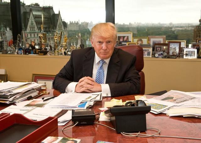 Hình ảnh Trump ngồi trong văn phòng Trump Organization của mình