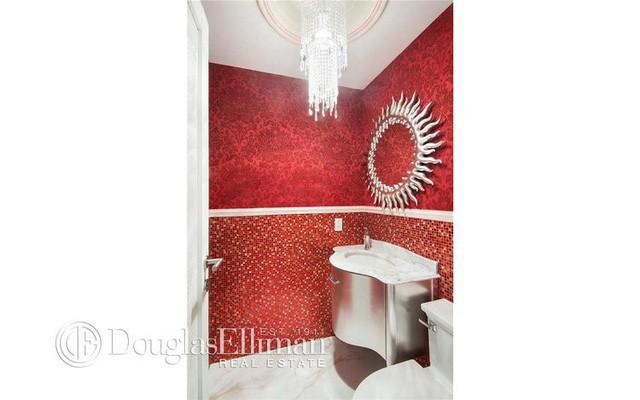 ... và nhà vệ sinh trong căn chung cư 32H