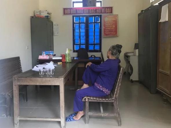 Bà Th. tại trụ sở Công an xã Nam Xuân. Ảnh: Trí Thức Trẻ