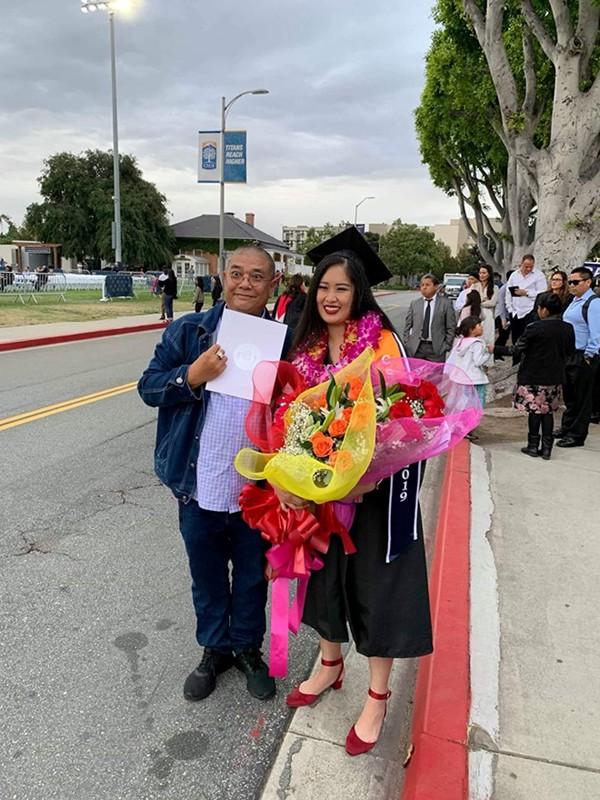 Ảnh Xí Ngầu chụp cùng bố dượng Lê Tuấn An ở lễ tốt nghiệp tại Mỹ.