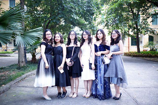 Ngày từ buổi chiều, rất nhiều bạn học sinh đã xúng xính váy áo đến trường, sẵn sàng hòa mình vào bầu không khí lễ hội của đêm Tri ân và Trưởng thành