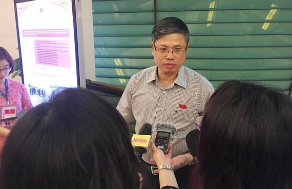 Ông Nguyễn Sỹ Cương trao đổi với báo giới về tình trạng xâm phạm, dâm ô trong thang máy. Ảnh: SGGP