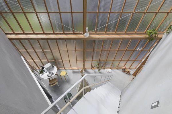 Các tấm polycarbonate ở mặt tiền ngôi nhà có thể trượt mở. Khi đóng cửa, ánh sáng vẫn lọt vào nhà trong khi không gian hoàn toàn riêng tư, yên tĩnh. Còn khi mở cửa trượt, ranh giới giữa bên trong và bên ngoài nhà gần như không còn.