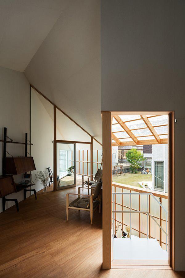 Phòng khách sử dụng thiết kế méo mó khó hiểu và khá chật hẹp.