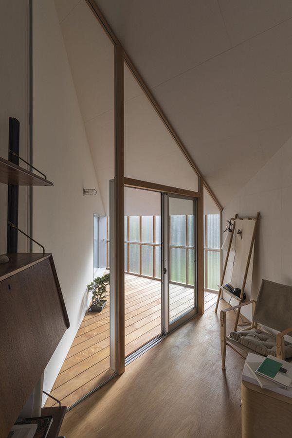 Tuy nhiên, căn phòng vẫn được thiết kế các lớp cửa kính đón ánh sáng.