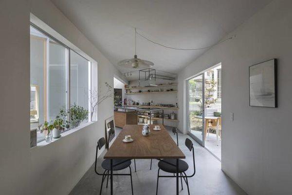 Phòng ăn khá hẹp nhưng không hề tạo cảm giác bí bách do nằm cạnh không gian bên ngoài.