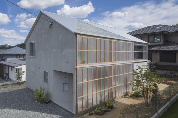 Chủ nhân muốn căn nhà thu hút được ánh sáng tự nhiên ở mức tối đa nên tôn nhựa kính được sử dụng bao quanh một phần căn nhà.