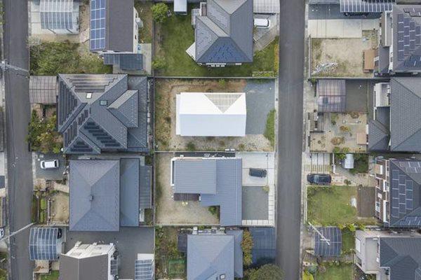 Vùng này có khí hậu ẩm ướt, nên đa số các ngôi nhà đều có dùng những tấm tôn nhựa lấy sáng polycarbonate, còn gọi là tôn nhựa kính.