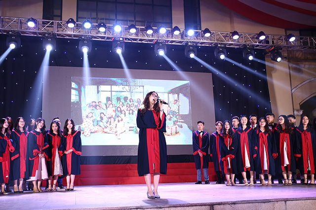 Tại phần hội, lần lượt các lớp 12 đã lên sân khấu, gửi tặng lời ca, tiếng hát của mình đến thầy cô, bạn bè, đến mái trường THPT Chu Văn An thân thương