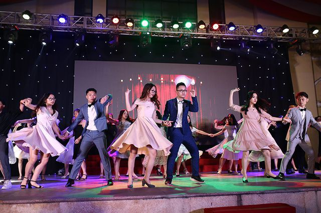 Vốn được biết đến là những học sinh đa tài, học giỏi, các chàng trai, cô gái khối 12 THPT Chu Văn An đều cháy hết mình trong những giây phút cuối cùng được đứng cùng nhau trên sân khấu