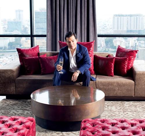 Căn penthouse của Trần Bảo Sơn nằm trên độ cao 108m, bốn bề bao quanh là mặt kính, ở đây chỉ cần nhìn là thấy bao quát toàn cảnh Quận 1.