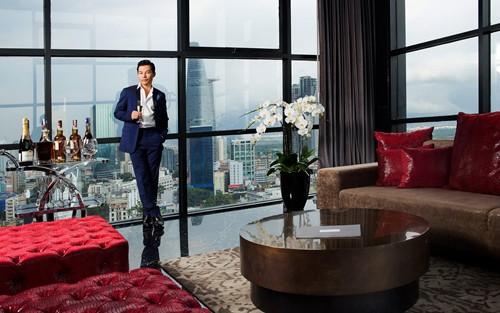 """Trần Bảo Sơn cho biết, """"Ở New York, tôi cũng đang sở hữu một ngôi nhà giữa trung tâm náo nhiệt nhất. Công việc kinh doanh lấy quá nhiều thời gian trong khi tôi muốn cảm nhận từng thay đổi, từng chuyển biến của cuộc sống. Và cách tốt nhất để thực hiện điều đó là đặt bản thân hòa mình vào dòng chảy của chốn phồn hoa đô hội""""."""