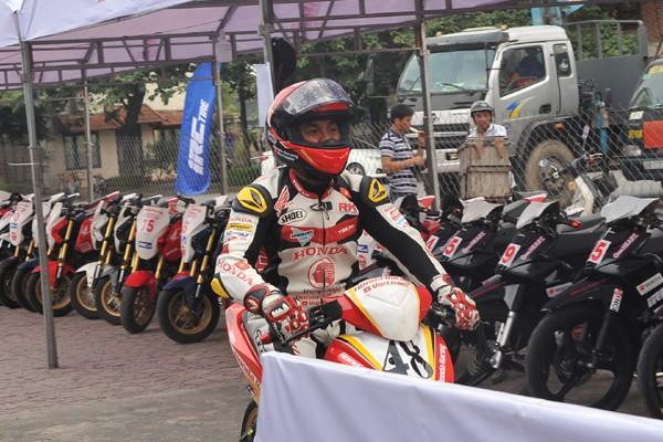 Các tay đua được với trang phục bảo hiểm không kém gì các giải đua quốc tế.