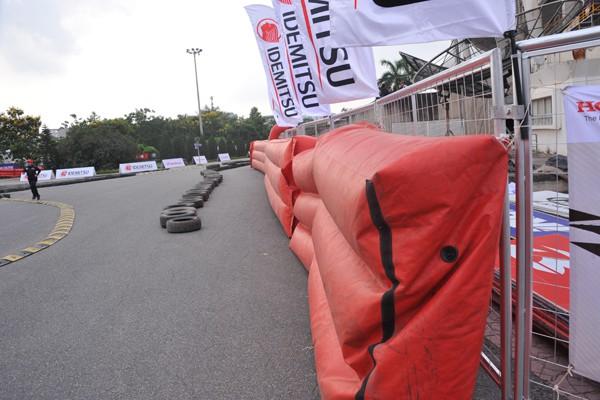 Hệ thống phao hơi bao quanh đường đua.