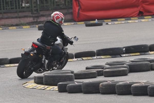 Những khúc cua gấp được bố trí lốp xe để giảm thiểu chấn thương cho các tay đua khi xảy ra sự cố.