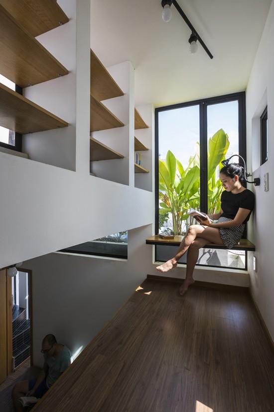 Trong giới hạn chiều cao của ngôi nhà, để tăng thêm diện tích sử dụng nhiều hơn ba tầng, một gác xép nhỏ được đặt ở trên tầng ba, đây chính là không gian làm việc, đọc sách của chủ nhà.