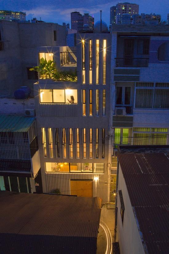 """Nhằm khắc phục nhược điểm diện tích hẹp và chiều cao bị giới hạn, các kiến trúc sư đã thiết kế một ngôi nhà ống """"kiểu dọc"""" với các phòng chức năng bố trí dọc theo các tầng nhà."""