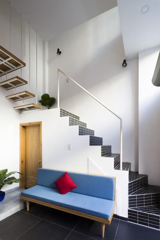 Cầu thang được đặt sát vào nhà, tận dụng không gian bên dưới làm tủ để đồ, nhà vệ sinh và phòng tắm.