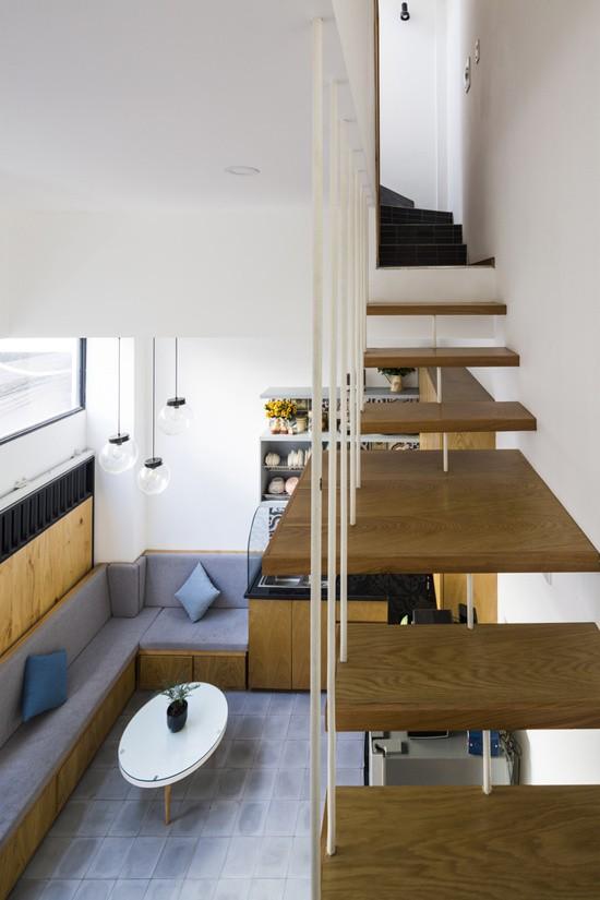 Cầu thang của ngôi nhà được tối giản hóa để tiết kiệm diện tích và duy trì bầu không khí thoáng đãng. Tuy nhiên, khi con bắt đầu tập đi, lưới chắn sẽ được lắp thêm ở lan can và các khoảng không giữa các bậc cầu thang.