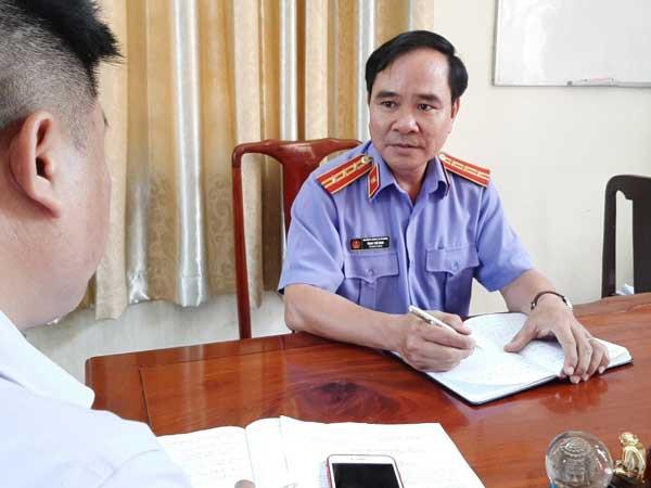 Kiểm sát viên Trịnh Thế Minh trao đổi với PV báo Bảo vệ pháp luật. (Ảnh Nguyễn Lánh)