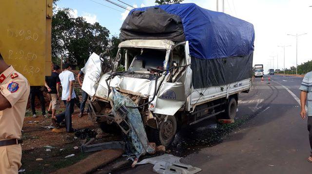 Hiện trường tai nạn xe tải mất thắng đâm vào đuôi xe ben
