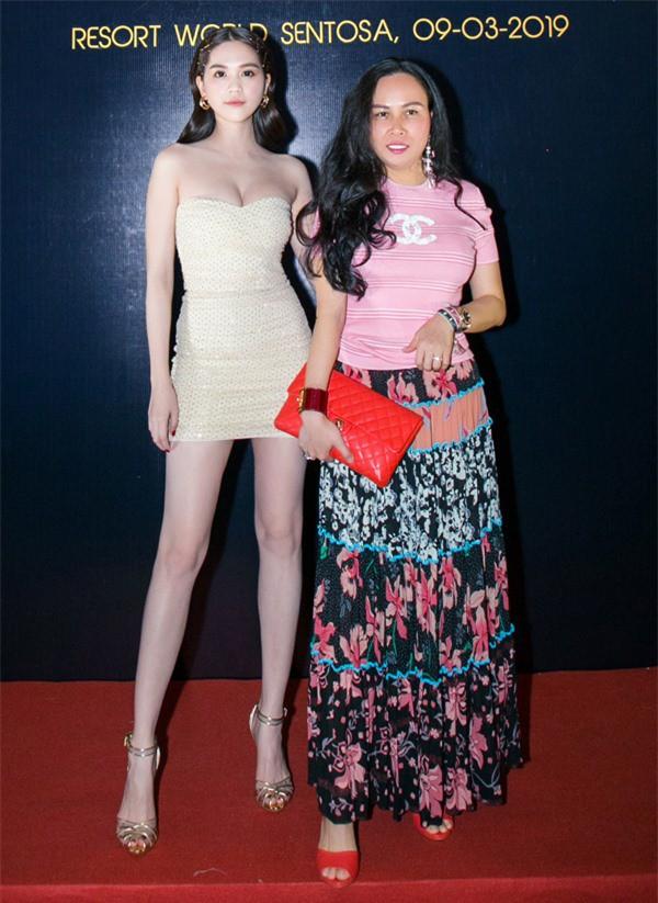 Là bạn thân của Ngọc Trinh nhưng xem ra, Phượng Chanel không học hỏi được nhiều từ phong cách thời trang của đàn em