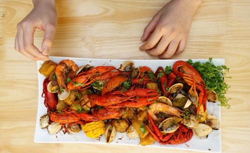 Món tôm hùm đất vẫn nằm trong thực đơn của nhiều nhà hàng lớn tại Hà Nội.