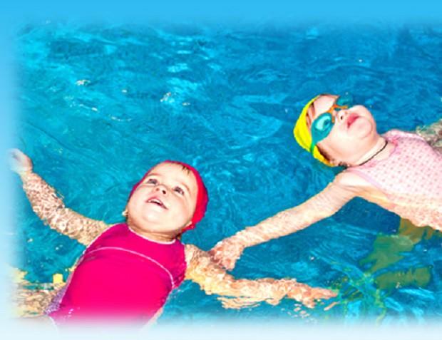 Cần trang bị cho trẻ đầy đủ các vận dụng cần thiết khi bơi. Ảnh minh họa