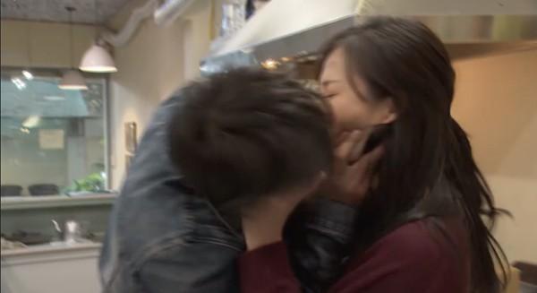 Khải cưỡng hôn vợ tại quán ăn.