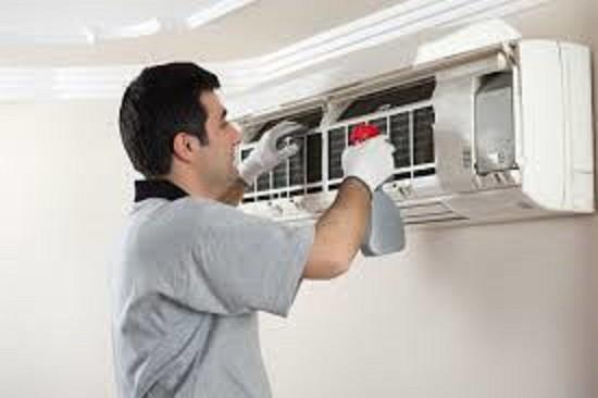 2 tuần nên vệ sinh máy lạnh 1 lần để không khí được sạch sẽ. Ảnh minh họa.