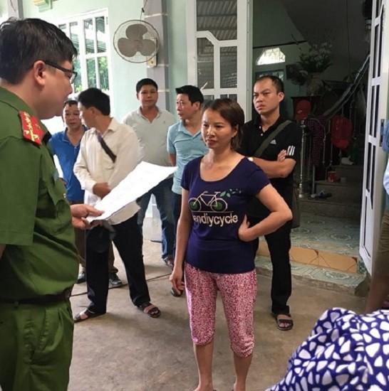 Cơ quan Cảnh sát điều tra đọc lệnh bắt bà Trần Thị Hiền. Ảnh: Vinh Duy
