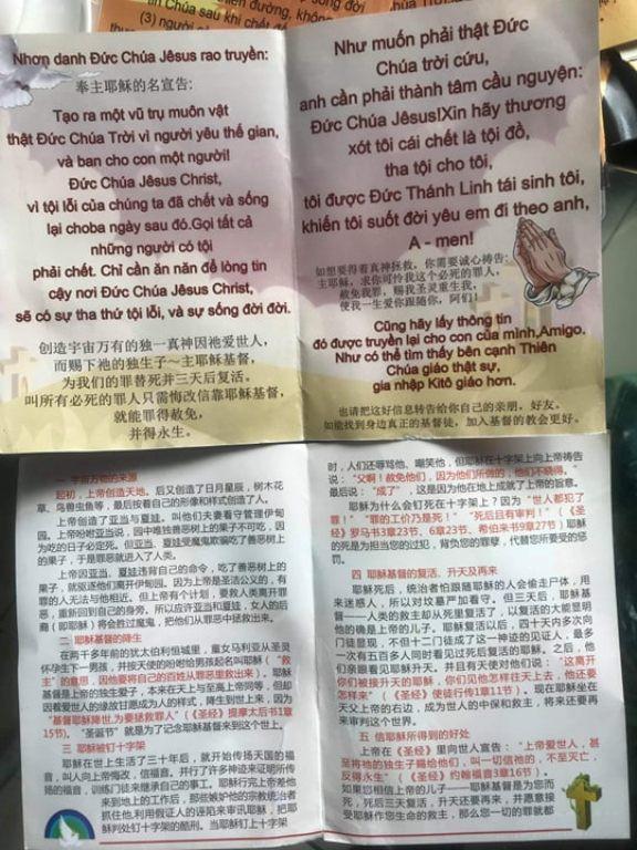 Nội dung tuyên truyền của nhóm du khách Trung Quốc về tôn giáo in trên tờ rơi được viết bằng song ngữ